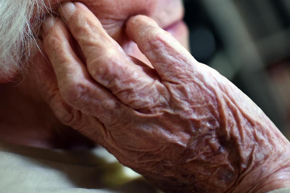 Immer mehr Menschen erkranken im Alter an Alzheimer. (Symbolbild)