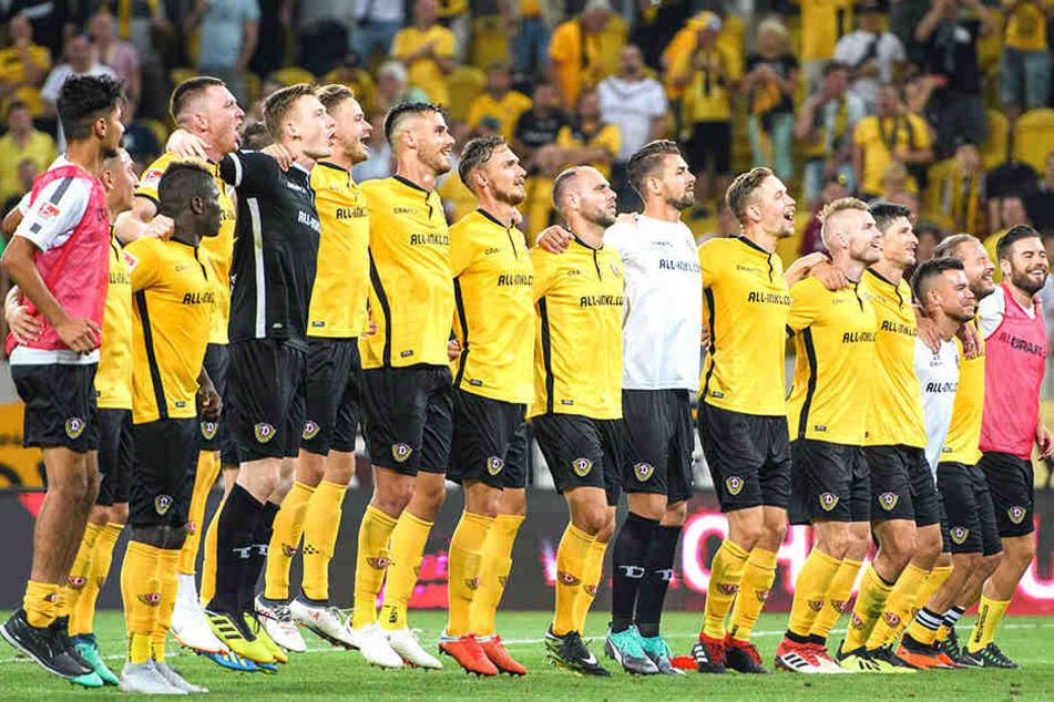 Gemeinsam mit den Fans im K-Block hüpften die Schwarz-Gelben vor Freude auf und ab und feierten den gelungenen Saisonauftakt gegen den MSV Duisburg.