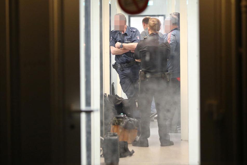 Nach der Messerattacke durchsuchten Beamten ein Hamburger Flüchtlingsheim.
