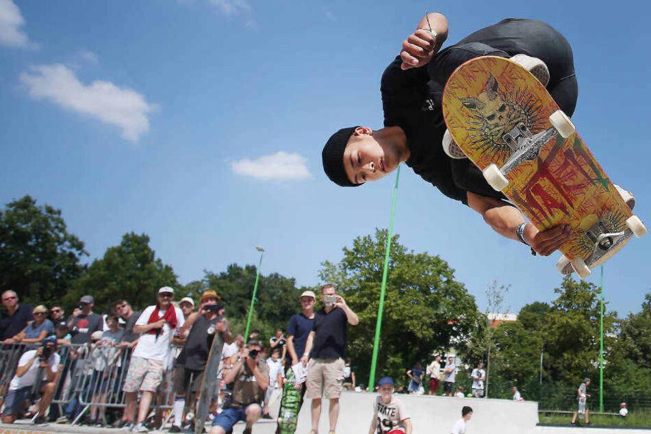 Profiskater Lennard Janssen springt mit seinem Skateboard im neuen Skatepark Eller.