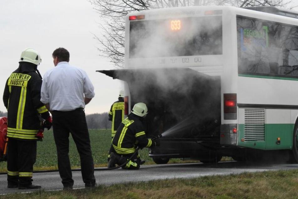 Während der Fahrt! Linienbus fängt plötzlich an zu brennen
