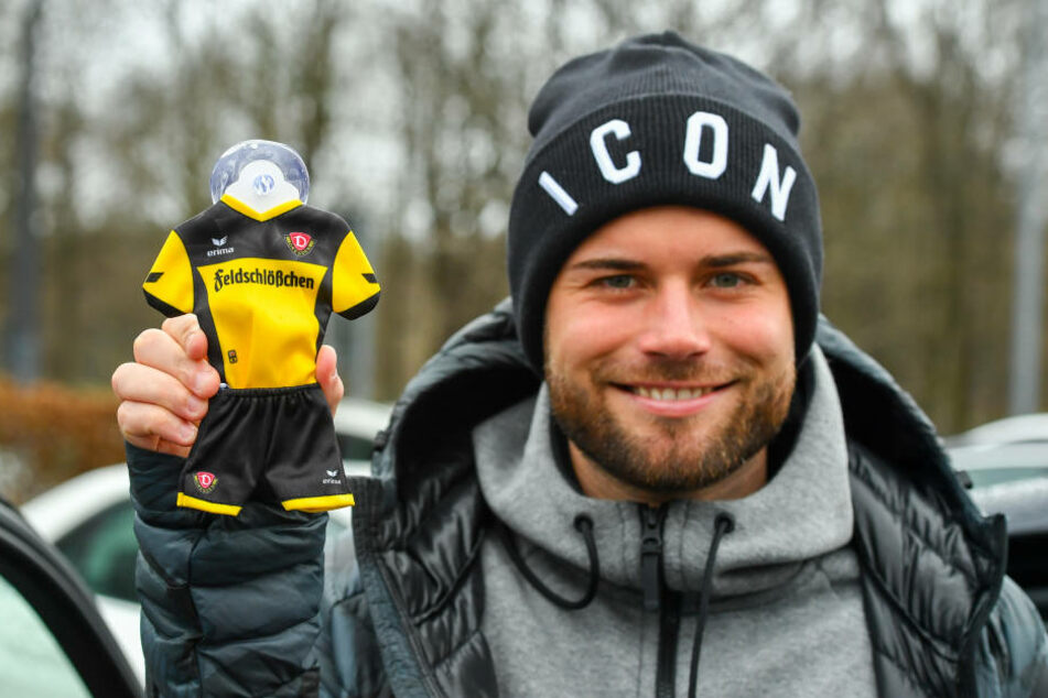 Niklas Kreuzer (24) zeigt das Minitrikot für die Autoscheibe, das Ihr Euch am kommenden Dienstag sichern könnt.