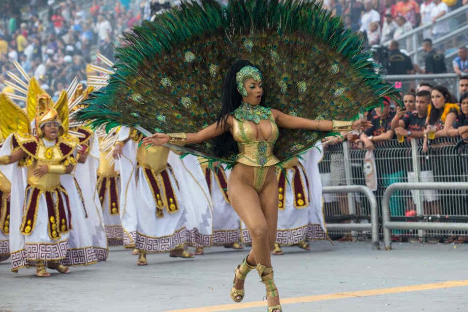 Mit knappen Kostümen begeistern die Tänzerinnen die Zuschauer.
