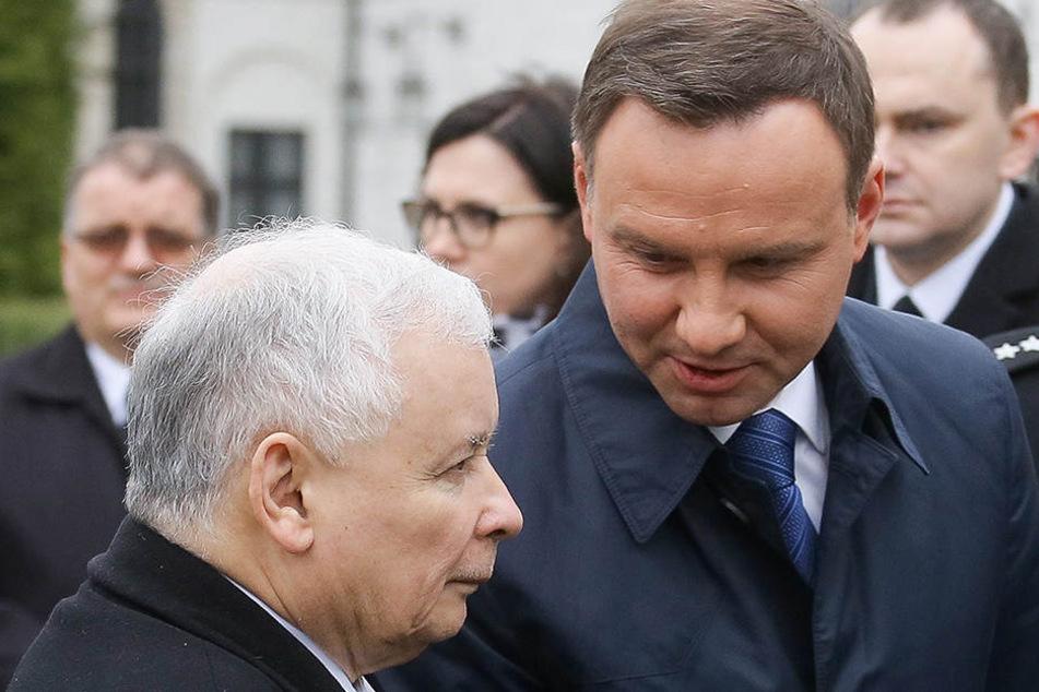 Der polnische Präsident Andrzej Duda (r) spricht zum Vorsitzenden der nationalkonservativen Partei für Recht und Gerechtigkeit (PiS), Jaroslaw Kaczynski.