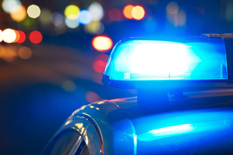 Polizei und Rettungskräfte eilten zur Unglücksstelle. (Symbolbild)