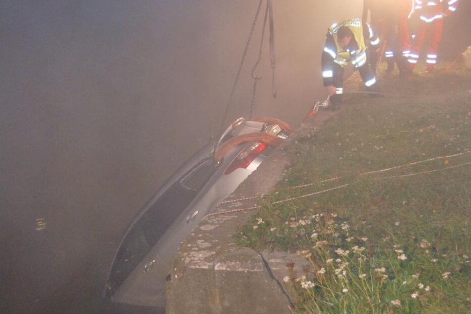 Rettungskräfte bergen das Fahrzeug aus der Aller.