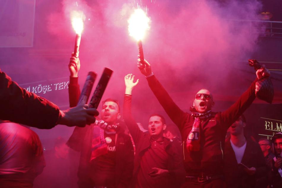 Nach Ausschreitungen im Spiel der Türken bei Olympique Lyon spielt der türkische Meister auf UEFA-Bewährung. Ein weiteres Vergehen könnte den Ausschluss aus den europäischen Wettbewerben nach sich ziehen.