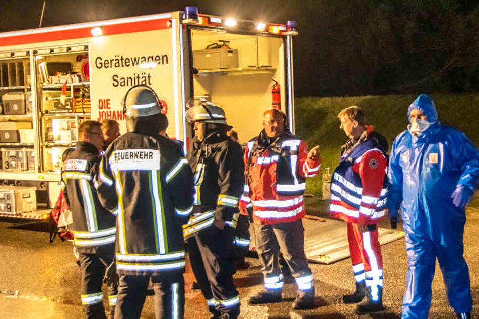 Feuerwehr und Rettungsdienst besprechen die Lage.
