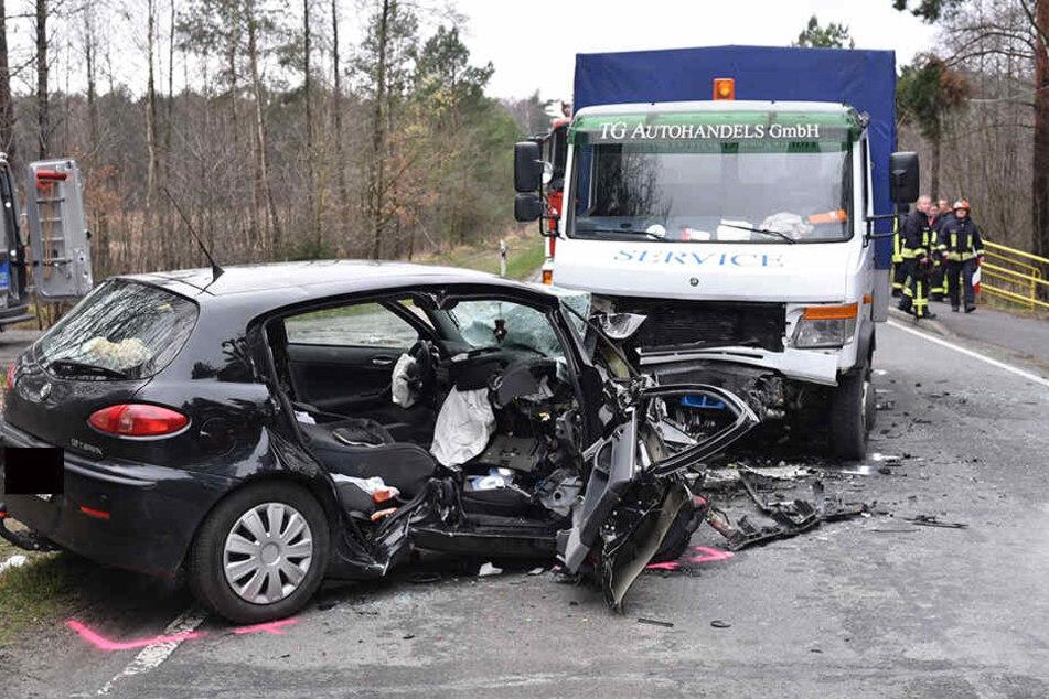 Schlimmer Anblick: Der Alfa Romeo war nach dem Frontalzusammenstoß völlig zertrümmert, die Freundin wurde tödlich auf dem Beifahrersitz verletzt.