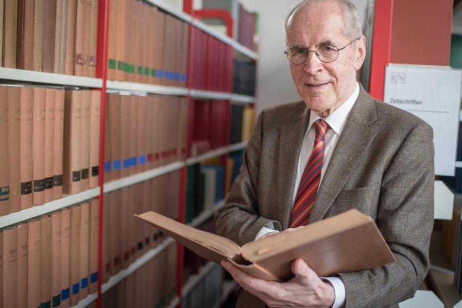 Der Kriminologe Christian Pfeiffer steht während eines Interviews vor einer Bücherwand.