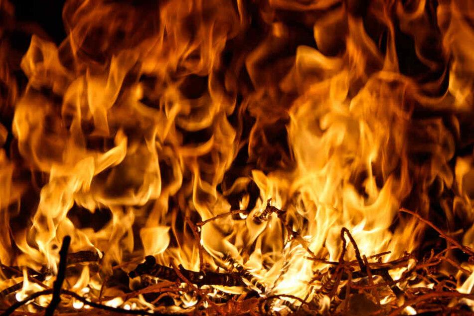 Frau von Männern vergewaltigt und getötet, Leiche geht in Flammen auf
