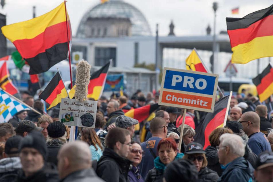 Teilnehmer der rechtspopulistischen Demo verlassen sich vor dem Hauptbahnhof.