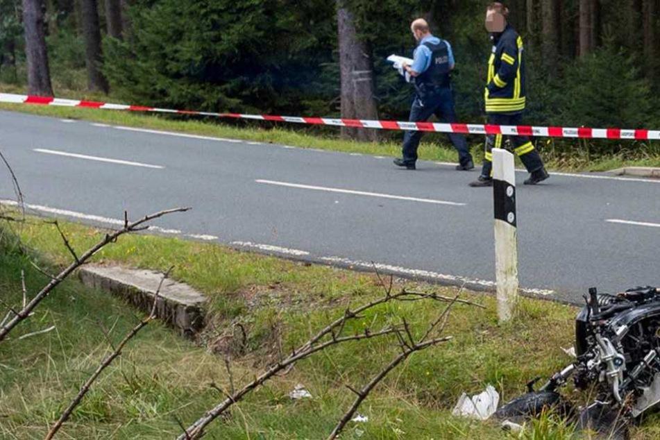 Rettungskräfte fanden einen toten Motorradfahrer in einem Wassergraben (Symbolbild).