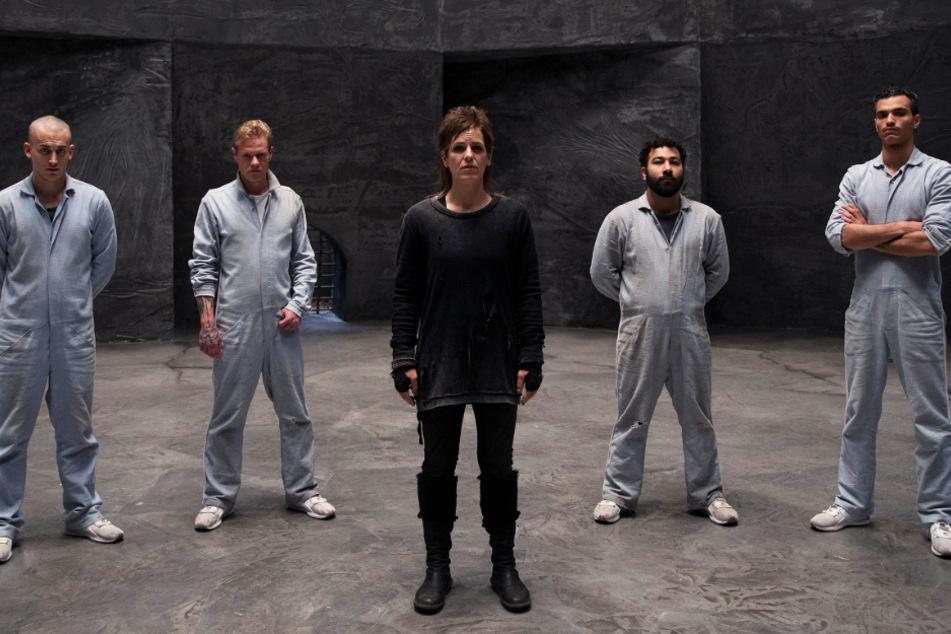 Von links nach rechts: Lukas Wachowiak (Marcel Andrée), Volker Brandt (Konstantin-Philippe Benedikt), Hundetrainerin Lu Feuerbach (Nadin Matthews), Alihan Jabir (Ibrahim Al-Khalil) und Adam Najar (Ali Khalil) führen ein Sozialexperiment durch.