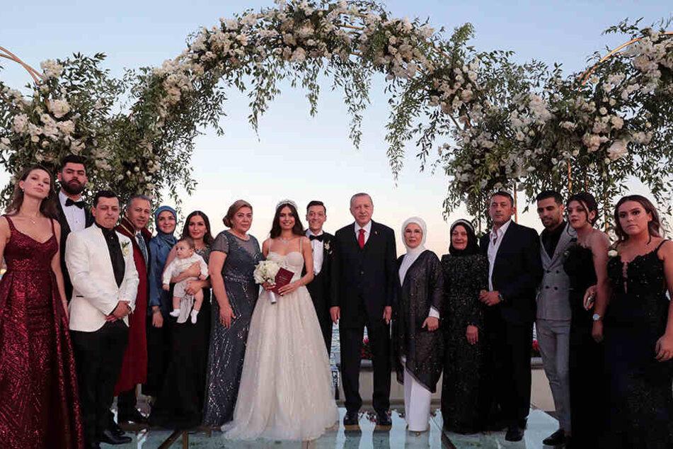 Recep Tayyip Erdogan (7.v.r) steht mit seiner Ehefrau Emine Erdogan (6.v.r) auf der Hochzeit von Fußballer Mesut Özil (8.v.r) und seiner Ehefrau Amine Gülse (10.v.r) zusammen mit deren Familien für ein Hochzeitsfoto bereit.