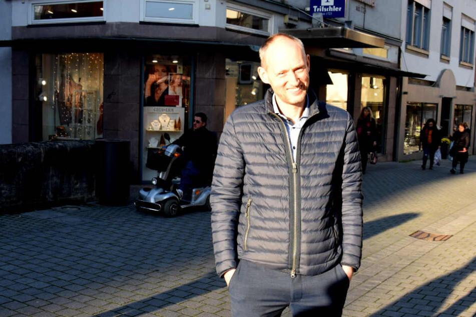In der Esslinger Fußgängerzone: VfB-Präsidentschaftskandidat Christian Riethmüller.