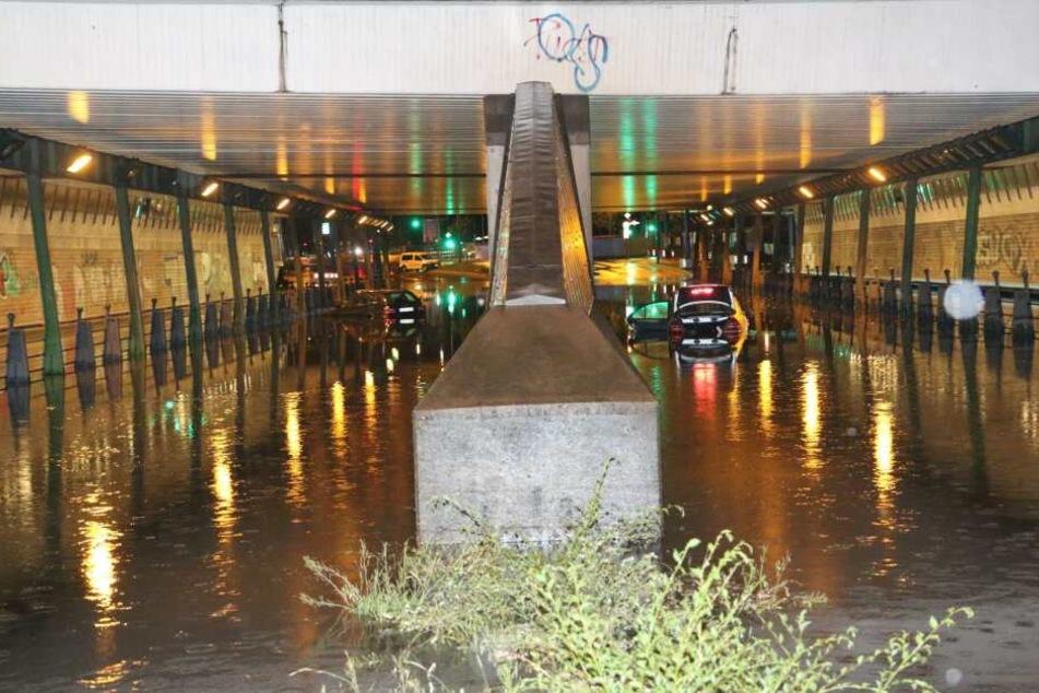Freibad ähnliche Bilder: Zwei Autos schwimmen unter einer Unterführung in Tempelhof.