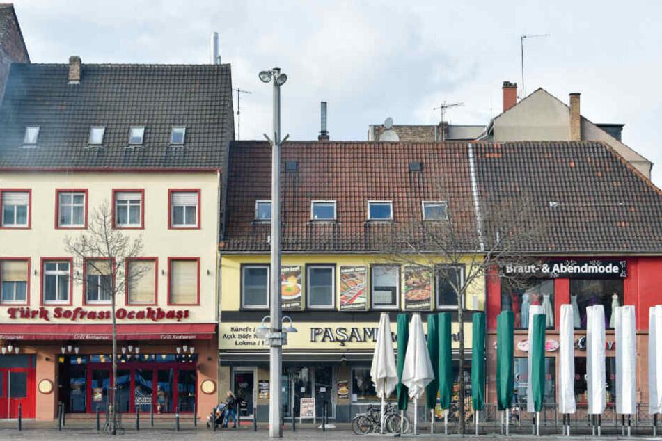 Grill-Restaurants sind am Rand des Marktplatz in Mannheim zu sehen.