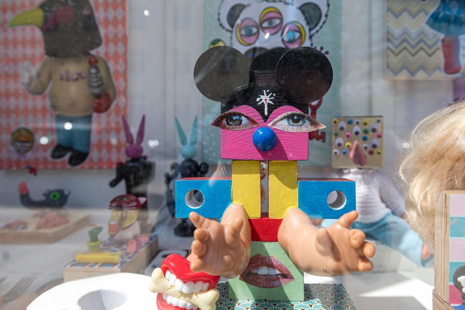 Blick in die Schaufenster-Ausstellung auf der Johann-Meyer-Straße in der Neustadt.