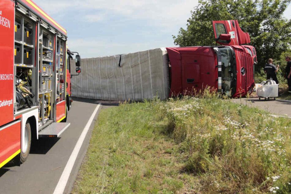 Falschfahrer verursacht in Sachsen schweren Unfall, Sattelschlepper umgekippt