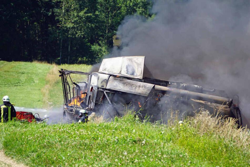 Ein Mähdrescher und ein Traktor gingen am Sonntagmittag in Flammen auf.