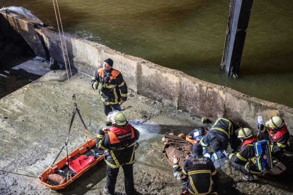 Schiff schlägt auf Elbe leck: Besatzungsmitglied schwer verletzt