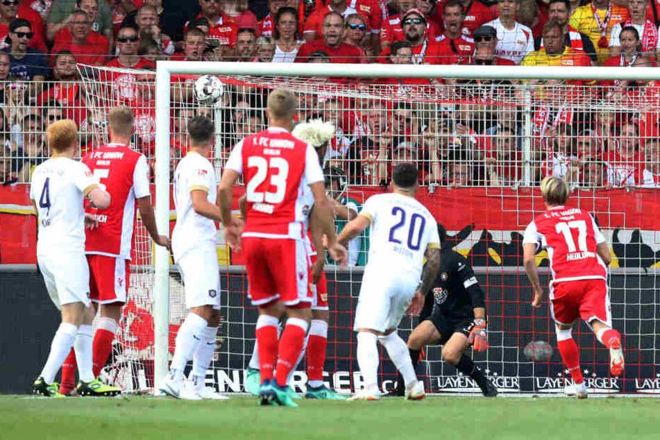 Tor für Union Berlin: Felix Kroos (23, Union) erzielt per Freistoß das 1:0.