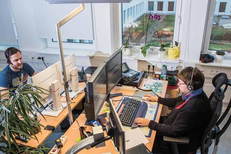 Annegret Schmidt ( 54) und Philipp Ochmann (31) arbeiten im Behördencenter, nehmen Anrufe unter der Nummer 115 entgegen.