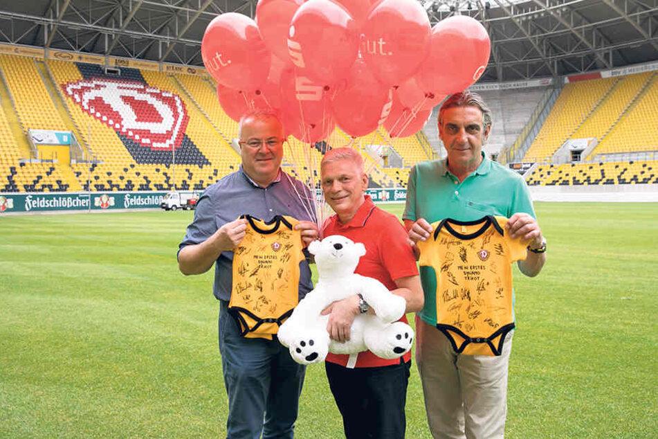 Stadtfest-Organisator Frank Schröder (47), Sparkassen-Sprecher Andreas Rieger (53) und Dynamo-Sportchef  Ralf Minge (56, v.l.) laden alle Familien zur Baby-Parade ein.