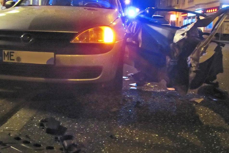 Die Fahrertür des Opel Corsa wurde durch den Unbekannten zerstört.