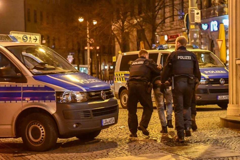 Dabei wurden zwei Männer leicht verletzt. Die Polizei nahm einen 27-Jährigen fest, gegen den nun mehrere Ermittlungen laufen.