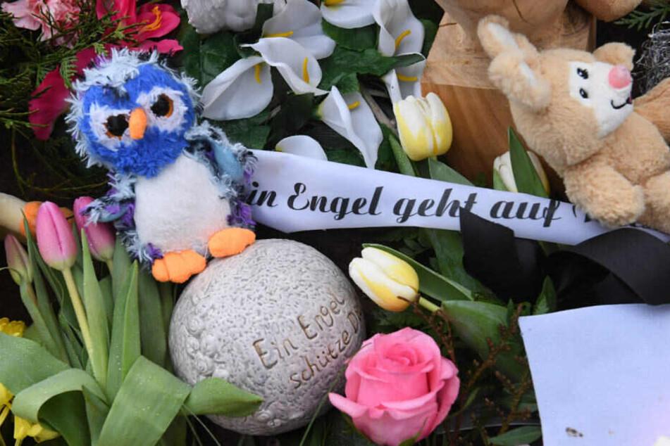Auf dem Friedhof im Zentrum der Stadt liegen Blumen und ein Teddybär auf dem Grab des sechsjährigen Mädchens, das am 12.01.2019 in Torgelow ums Leben kam.