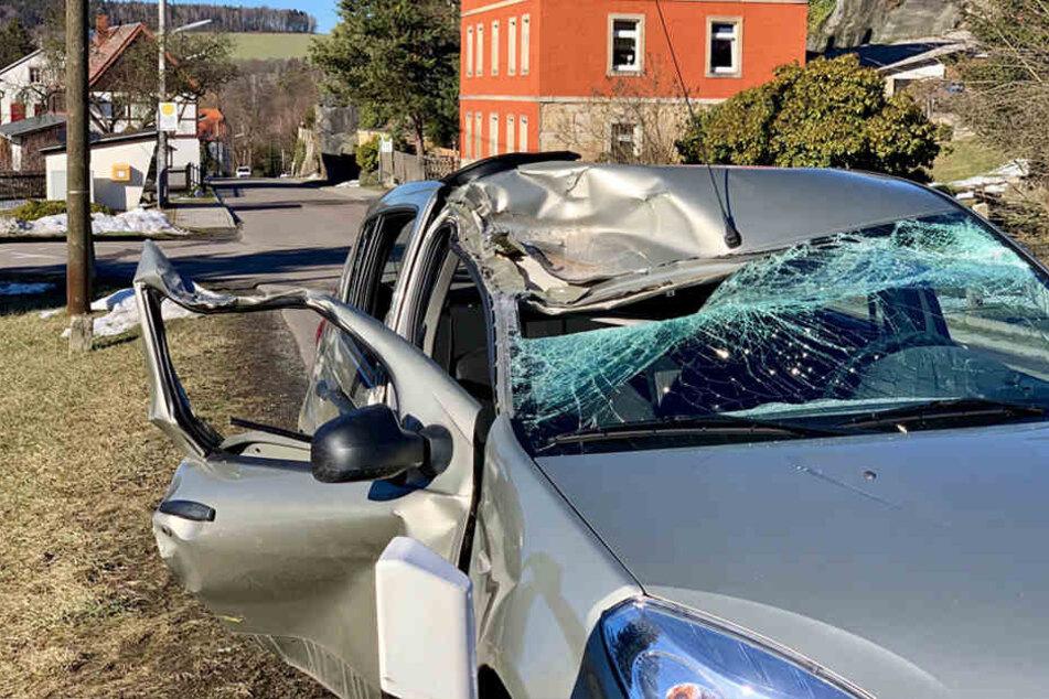 Der Dacia wurde an der Frontscheibe stark beschädigt.