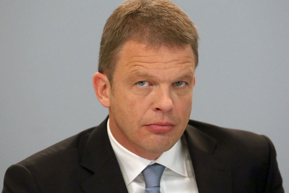 Der stellvertretende Vorstandsvorsitzende der Deutschen Bank, Christian Sewing, wollte noch keine konkreten Äußerungen zum Abbau von Mitarbeitern tätigen.