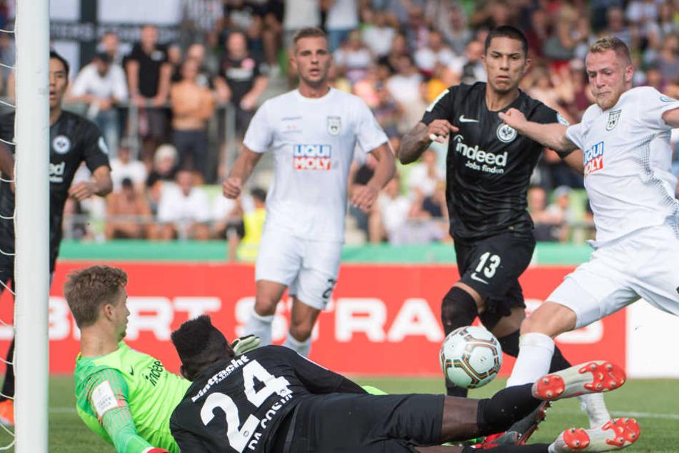 Ulms Steffen Kienle (r) trifft zum 1:0.