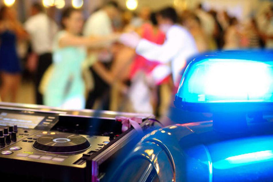 Aggressiver Partygast schlägt um sich und verletzt zwei Polizisten