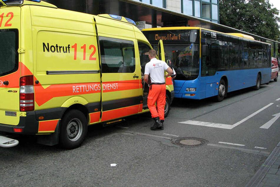 Ein Mann stürzte in einem Bus und schlug sich den Kopf auf.