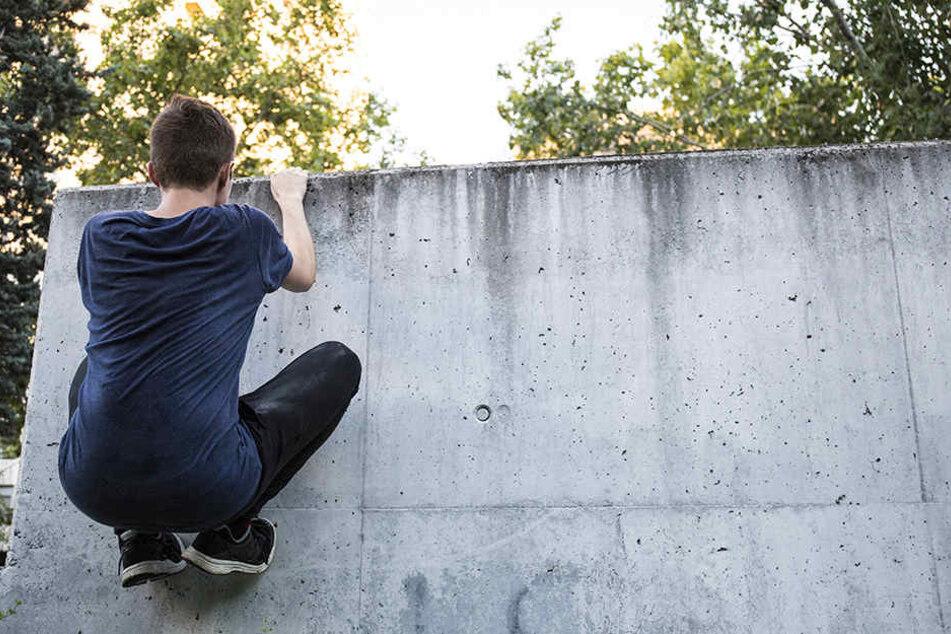 Tragisches Unglück in Hilden: Ein 15-Jähriger stürzte acht Meter in die Tiefe - er schwebt in Lebensgefahr.