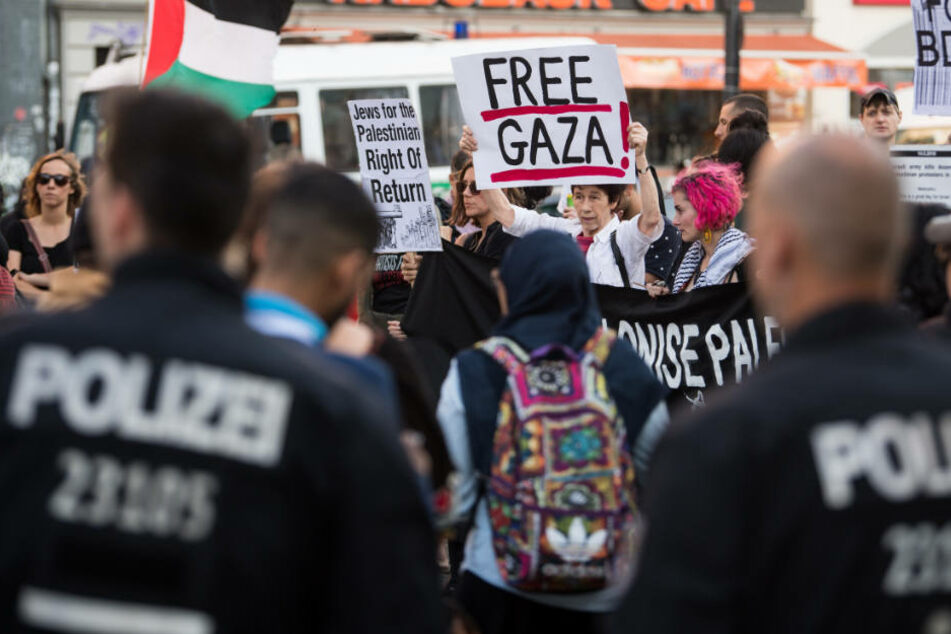Polizisten überwachen die Pro-Palästinenser Demo auf dem Hermannplatz in Neukölln.