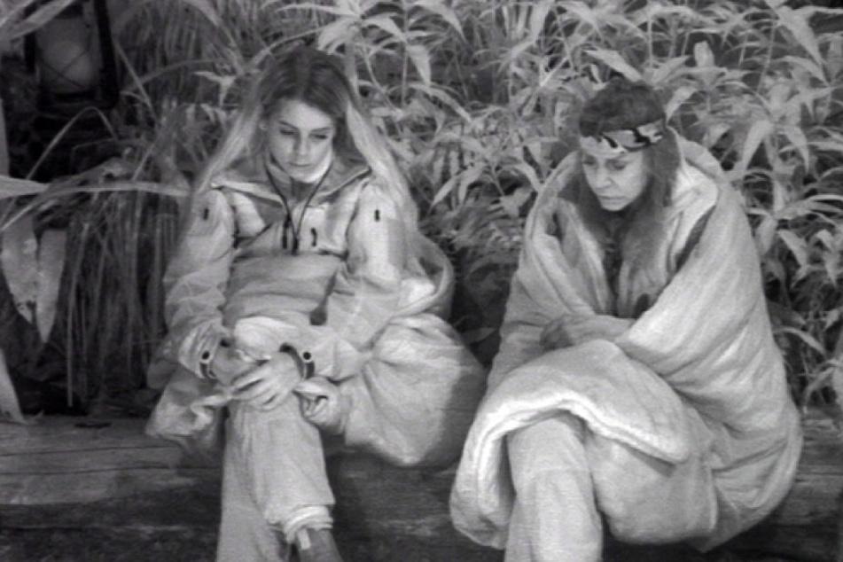 Beim nächtlichen Lagerfeuer-Plausch tauschen sich Tina und Jenny über ihr geteiltes Leid aus, Schwestern einer Prominenten zu sein.