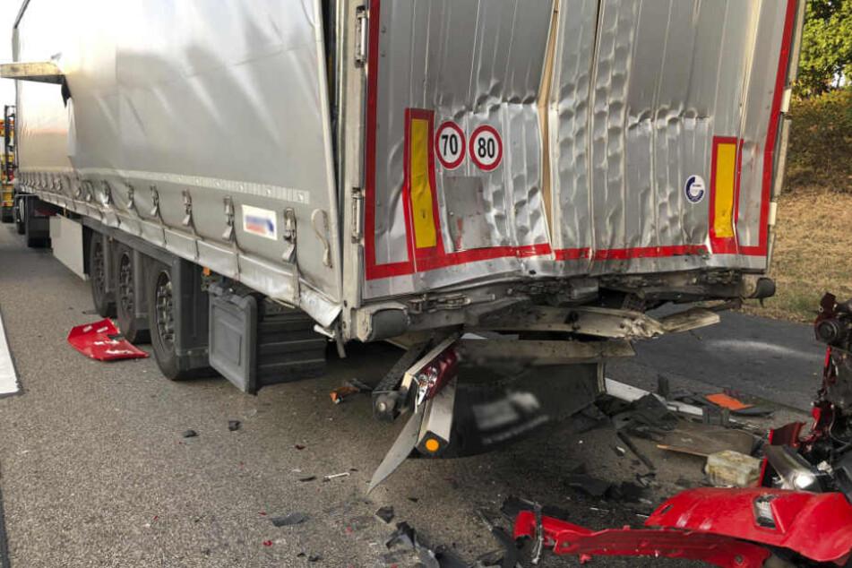 Der Gefahrgut-Laster wurde auf einen vorfahrenden Lastwagen geschoben.