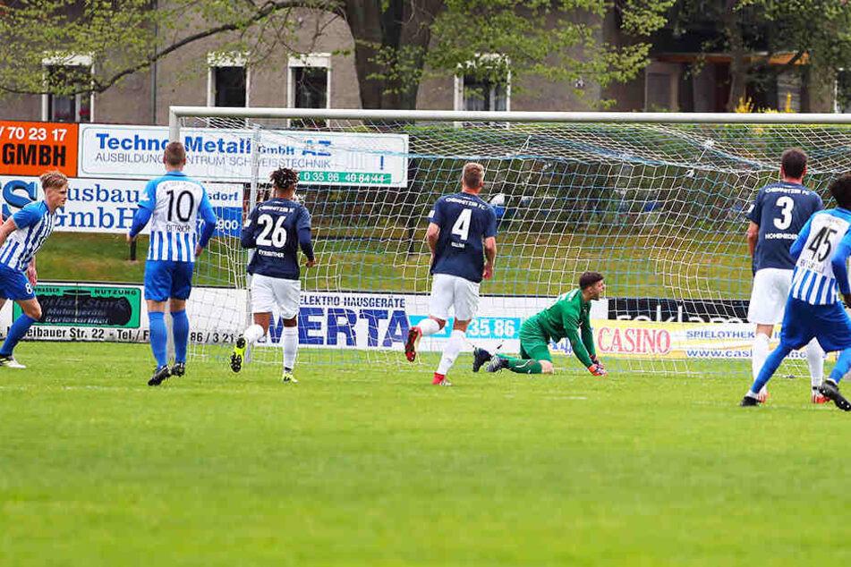 Neugersdorfs Eric Träger (l.) hatte vom Punkt getroffen, CFC-Keeper Joshua Mroß war geschlagen.