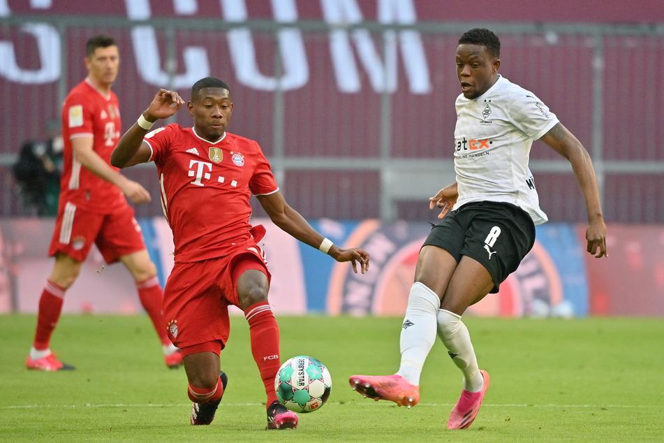 Duell am 32. Spieltag: Gladbachs Sechser Denis Zakaria (24, r.) im Kampf um den Ball mit Bayern Münchens David Alaba (29).