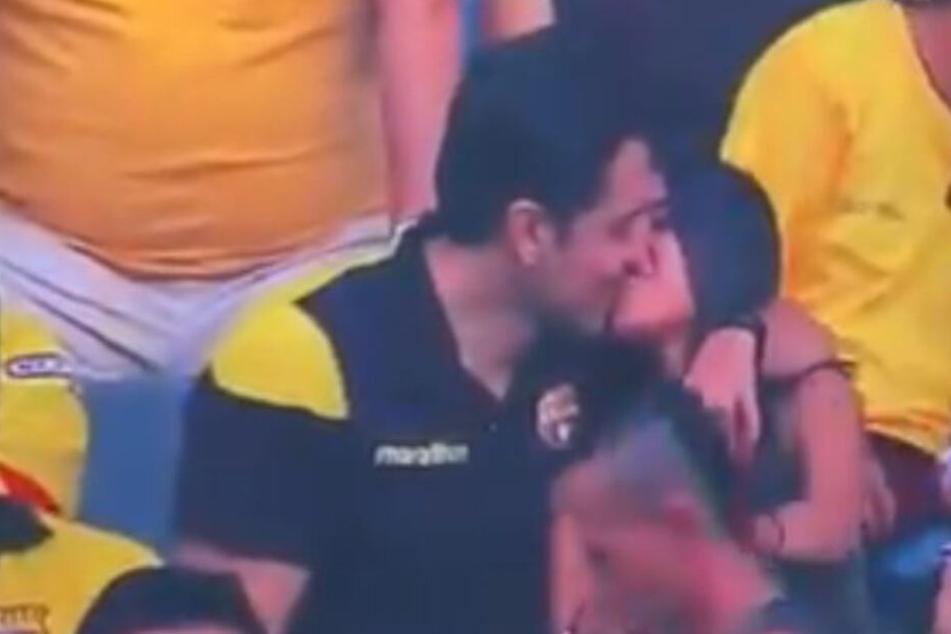Ein Pärchen küsst sich im Stadion. Bis hierhin ist noch alles normal...