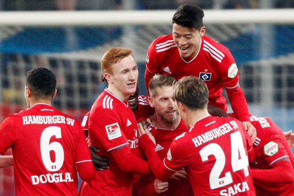 Der Hamburger Torschütze Aaron Hunt (Mitte) wird zum 2:1 von seinen Mannschaftskollegen umjubelt.