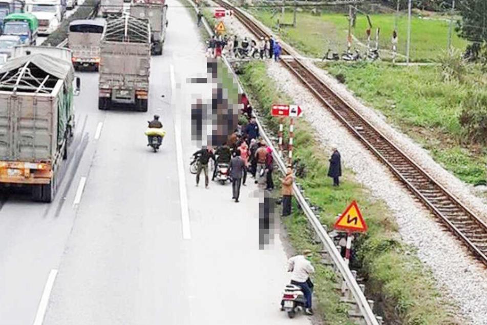 Schrecklich! Der Lastwagen erfasste die Fußgänger auf dem Motorrad-Streifen der Fernstraße.