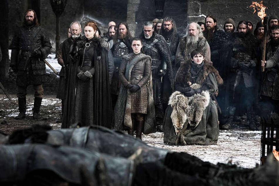 Die Starks und ihre Freunde betrauern die Toten aus der Schlacht um Winterfell.