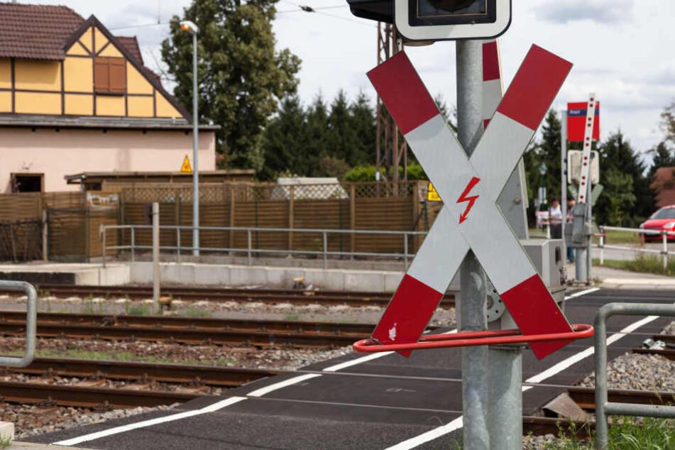 Unbeschrankter Bahnübergang: Junge (12) wird frontal von Zug erfasst und stirbt