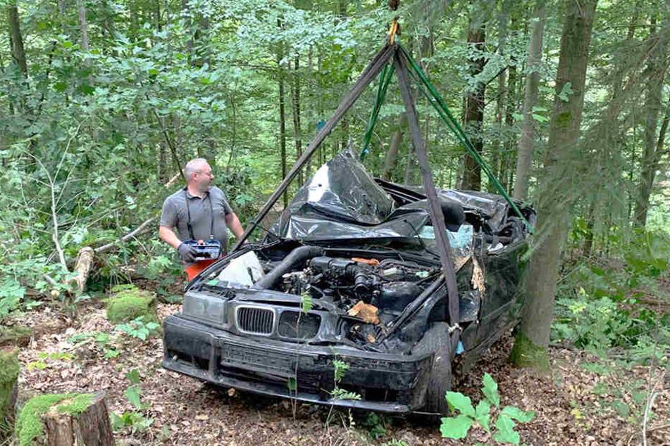 Der Abschleppdienst musste den BMW mit einem Kran bergen.