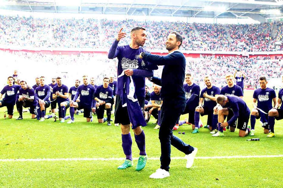 In Düsseldorf feierten Christian Tiffert (l.) und Domenico Tedsco noch  gemeinsam lautstark den Klassenerhalt. Jetzt muss sich der Altmeister auf einen  neuen Coach einstellen.